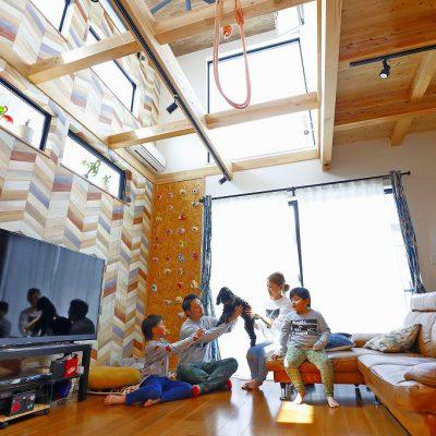 枚方市長尾台の家のリビングで過ごす家族