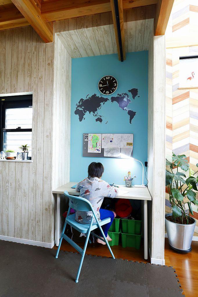 リビングの片隅にある勉強スペースで勉強する子供