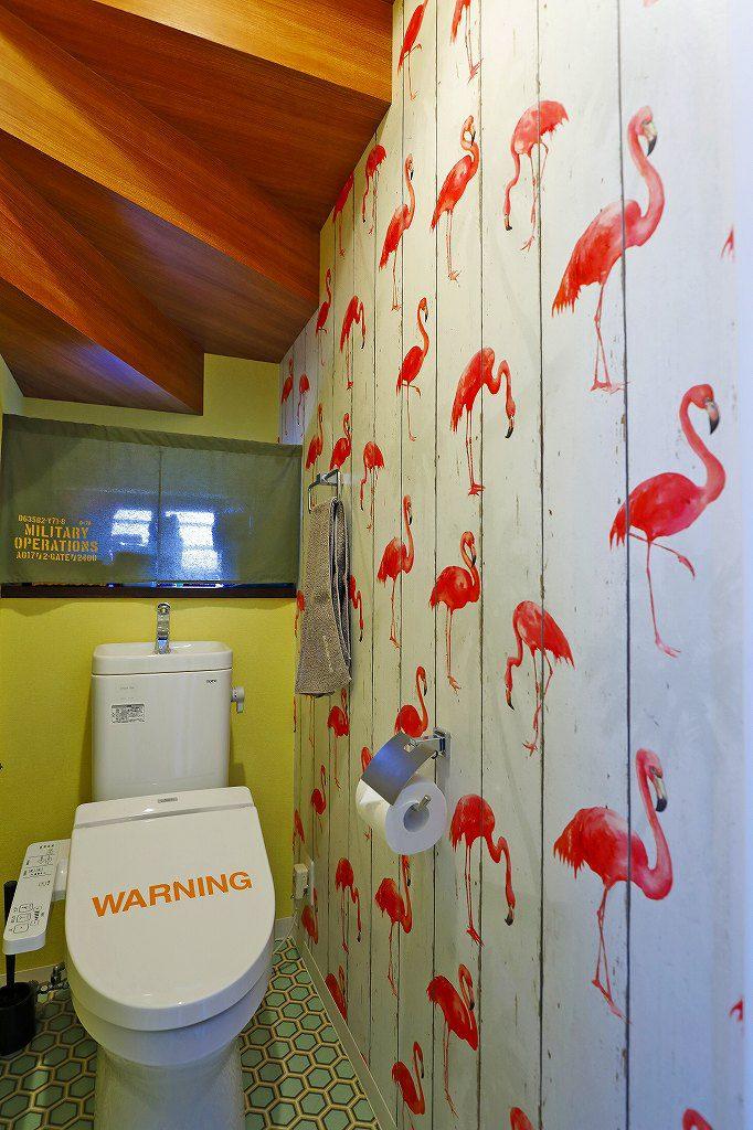 鳥のデザインクロスを貼ったトイレの内装
