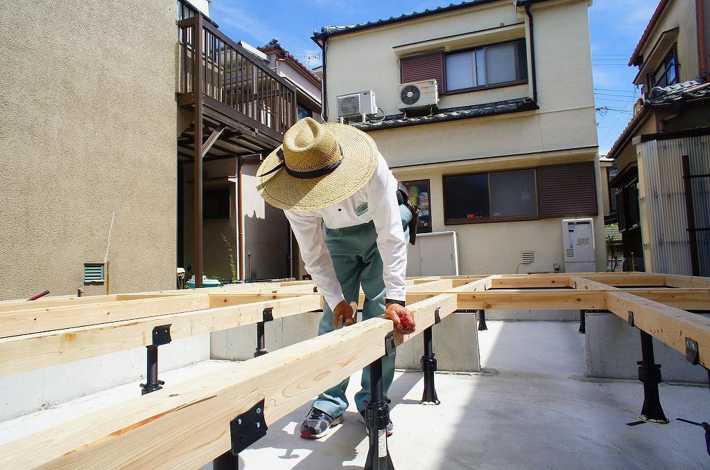 土台敷きをする大工