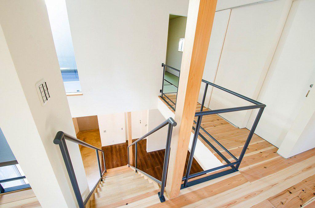 吹抜け階段と2階廊下