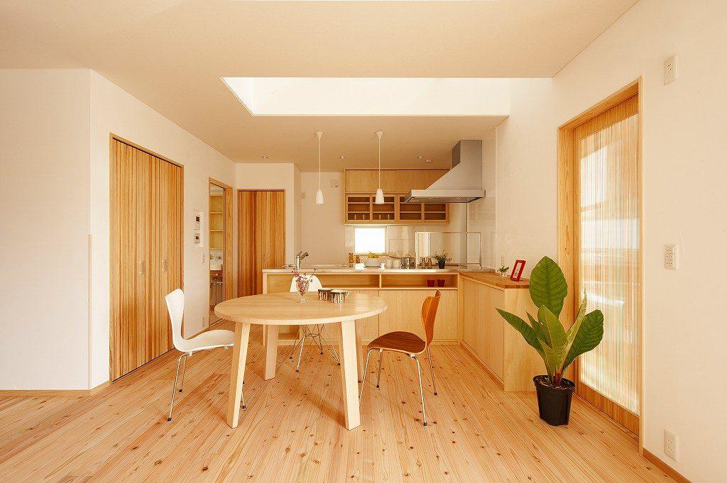 自然素材の床とテーブル