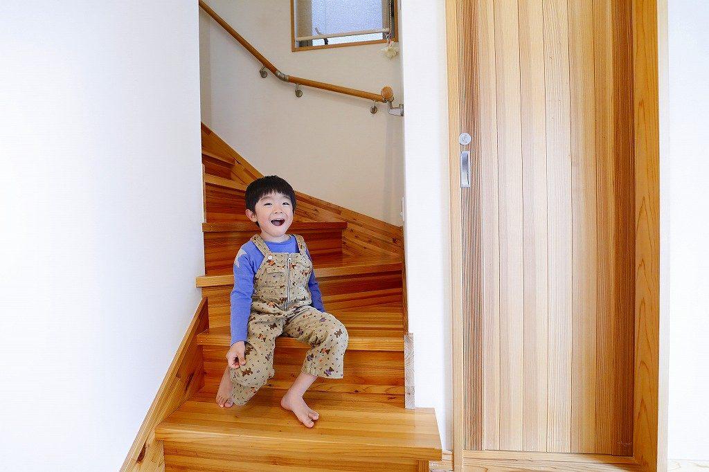 階段にいる子供