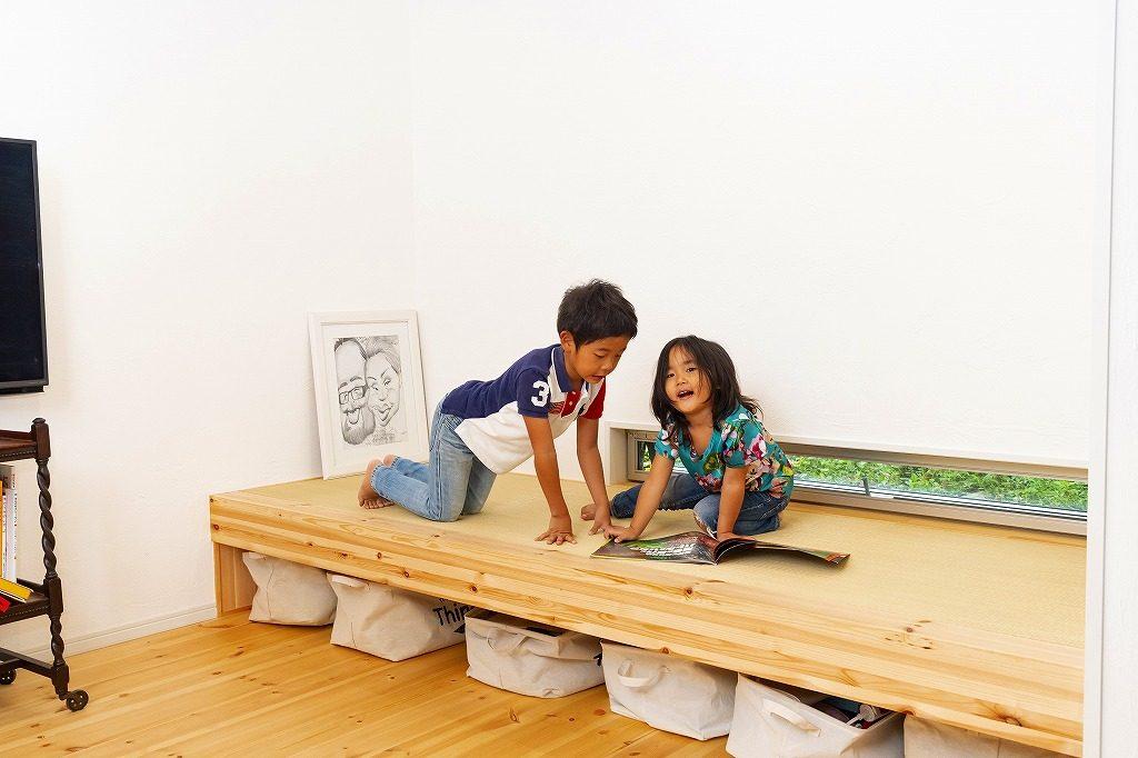 畳コーナーで遊ぶ子供