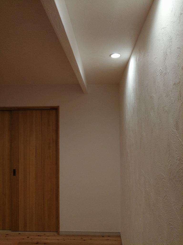 コーニス照明と漆喰の壁